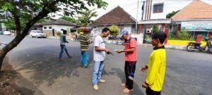 CCF terus mengedukasi warga soal prokes dengan membagikan masker. (Foto: Dok/Tugu Jatim)