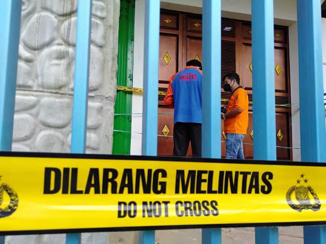Rumah korban pembunuhan di Dampit, Kabupaten Malang, dipasangi police line. (Foto: Polres Malang/Tugu Jatim)