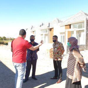 Direktur Utama PT. Cipta Griya Insani sekaligus Bendahara HIPMI Jawa Timur, Ahmad Salim Assegaf saat mengunjungi kawasan perumahan yang ia kembangkan. (Foto: Dokumen/Tugu Jatim)