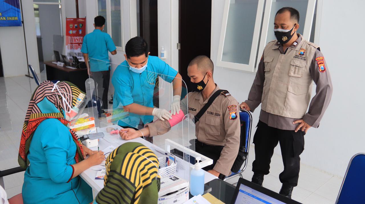 Salah satu Akpol yang disuntik vaksin Sinovac di gedung Fasilitas Kesehatan Tingkat Pertama (FKTP) Polres Tuban, Jumat (5/3/2021). (Foto: Humas Polres Tuban) tugu jatim