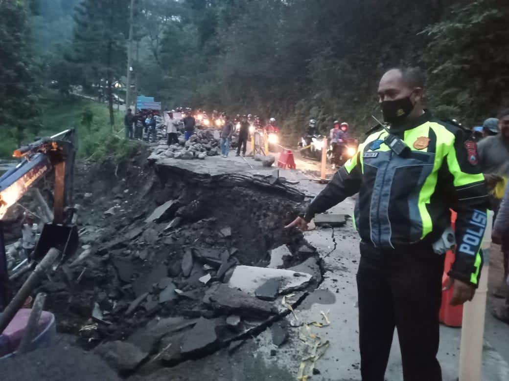 Jalur Malang - Kediri yang ambrol hingga sisa separuh jalan. (Foto : Dokumen/Polsek Pujon) tugu jatim tanah longsor