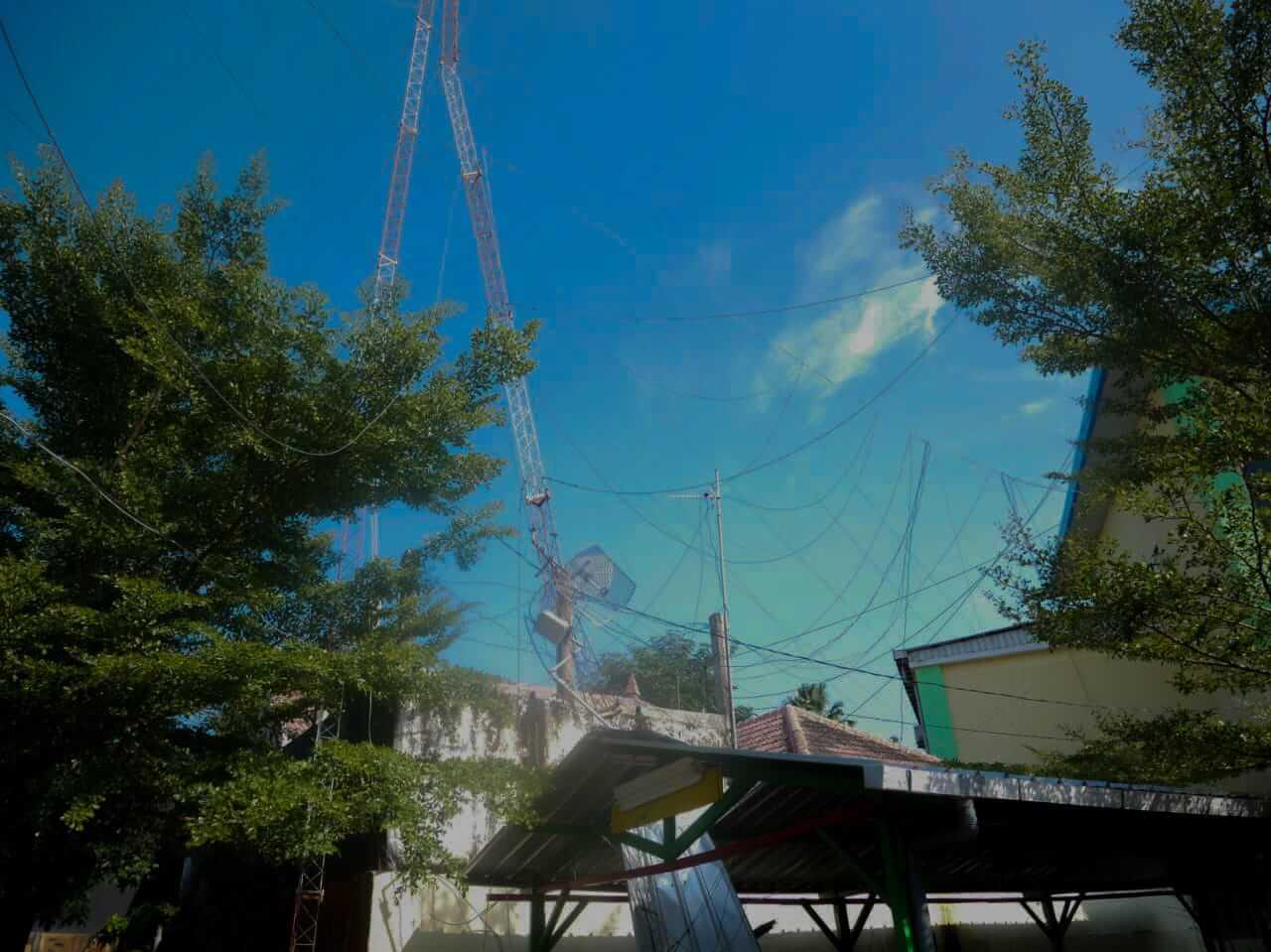 Penampakan tower milik Dinas Pendidikan Kabupaten Bojonegoro roboh usai diterpa angin kencang. (Foto: Istimewa)