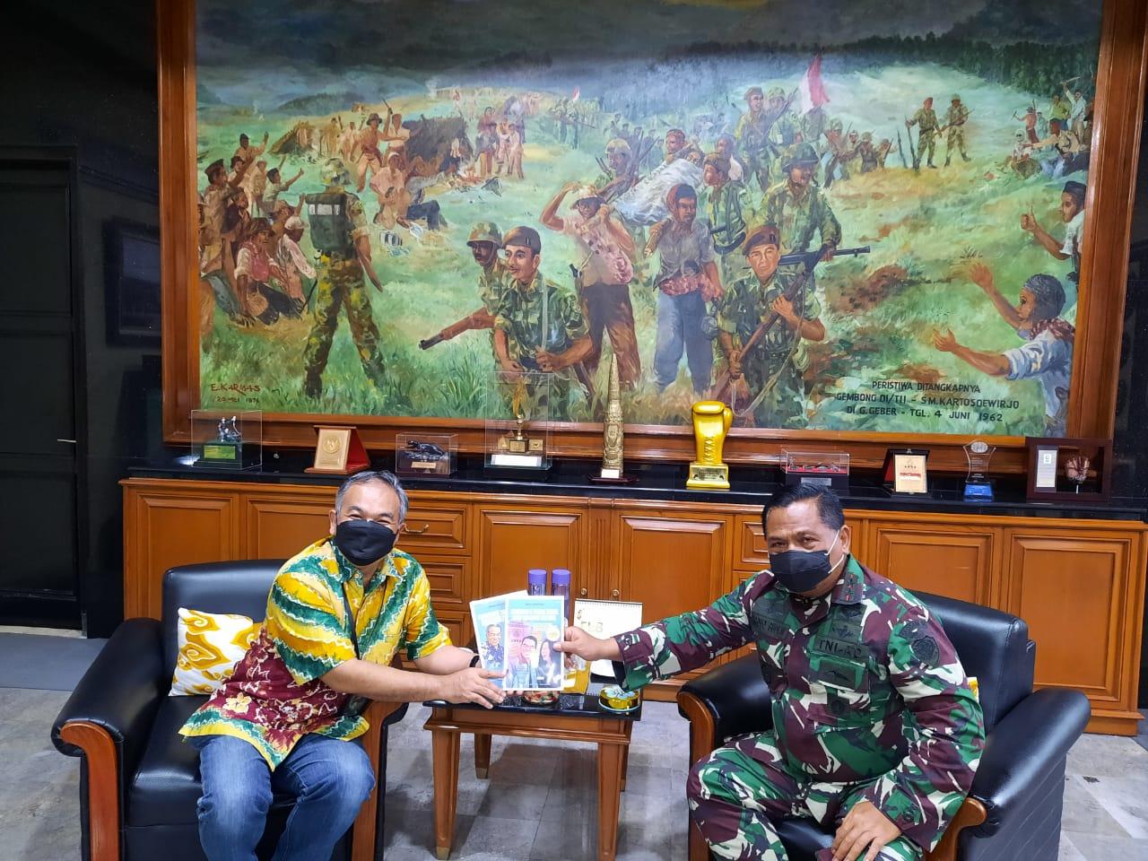 Pangdam III/Siliwangi Mayjen TNI Nugroho Budi Wiryanto bersama Pakar Komunikasi dan Motivator Nasional, Dr Aqua Dwipayana. (Foto: Dokumen)