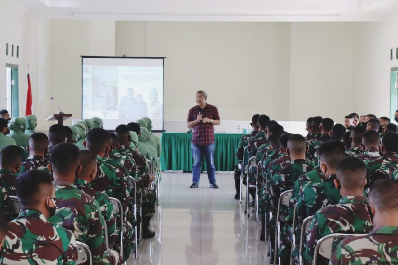 Pakar Komunikasi dan Motivator Nasional Dr Aqua Dwipayana ketika memberikan Sharing Komunikasi dan Motivasi di Yonif 315/Garuda Kota Bogor, Sabtu (13/3/2021). (Foto: Dokumen)