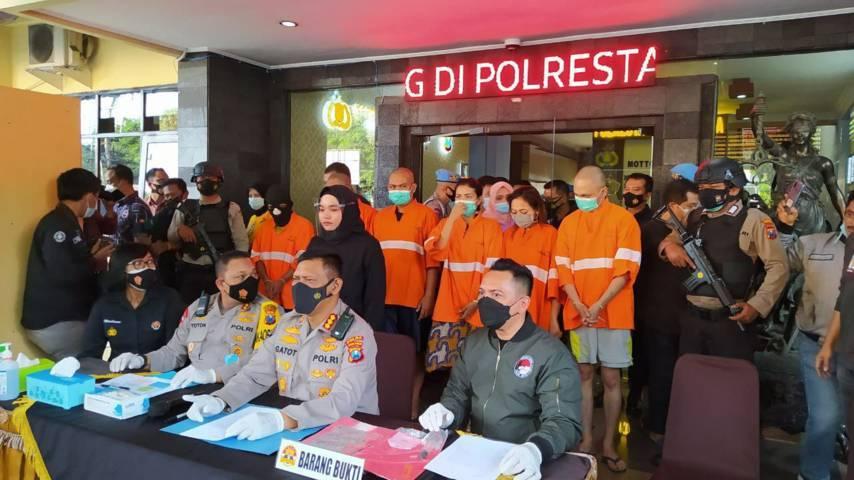 Kabid Humas Polda Jatim Kombes Pol Gatot Repli Handoko saat memimpin konferensi pers pengungkapan kasus narkoba yang melibatkan pejabat ASN Pemkot Malang, Minggu (28/3/2021). (Foto : Azmy/Tugu Malang/Tugu Jatim) salah tangkap