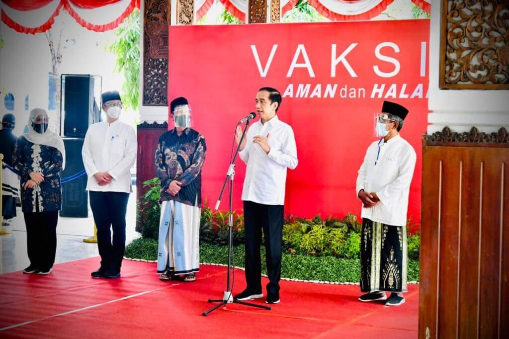 Jokowi saat memberikan keterangan pers usai meninjau pelaksanaan vaksinasi massal COVID-19 di Pendopo Delta Wibawa, Kabupaten Sidoarjo, Jatim, Senin (22/3/2021) siang. (Foto: Sekretariat Presiden) vaksin astrazeneca
