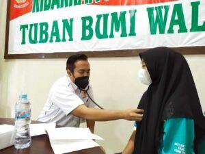 Pemeriksaan kesehatan terhadap para atlet asal Tuban yang dilakukan di kantor KONI Tuban, Senin (22/3/2021). (Foto: Mochamad Abdurrochim/Tugu Jatim)