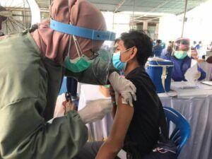 Salah satu penerima vaksinasi di Kantor PDAM Surya Sembada, Kamis (25/03/2021). (Foto: Rangga Aji/Tugu Jatim)