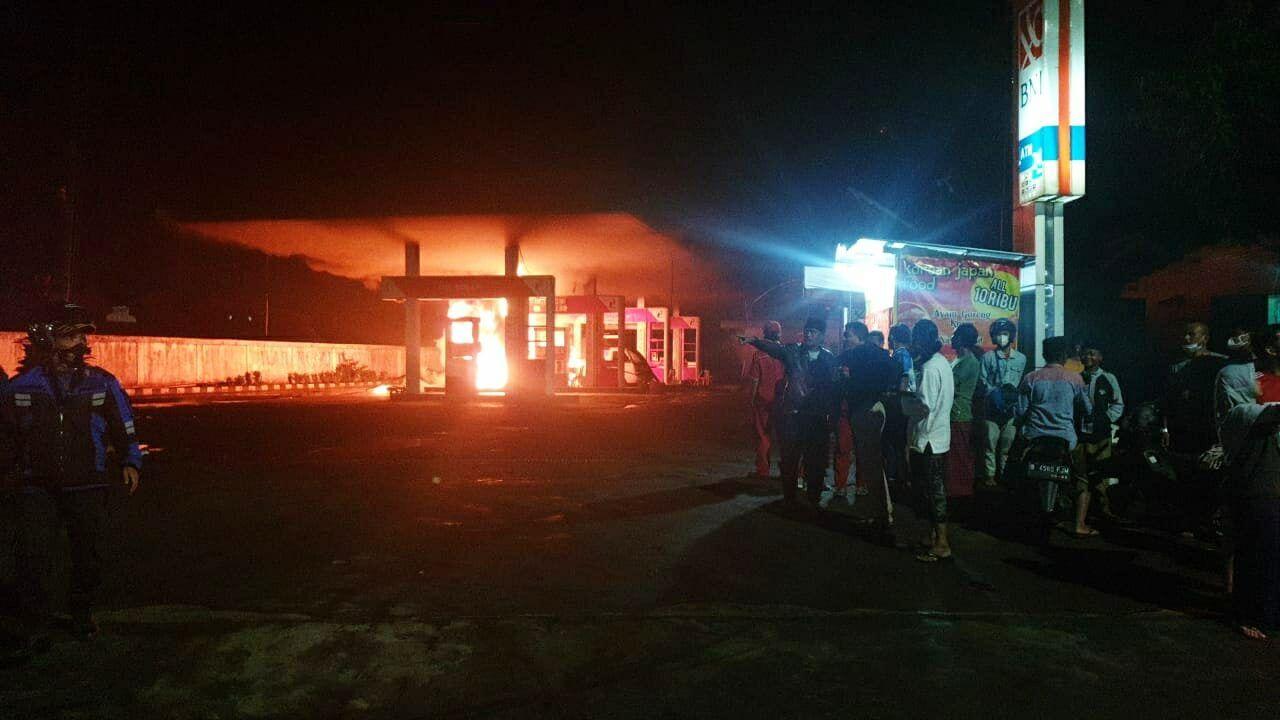 Kebakaran di SPBU kawasan Bumiayu, Buring, Kota Malang. (Foto: Istimewa/Tugu Jatim)