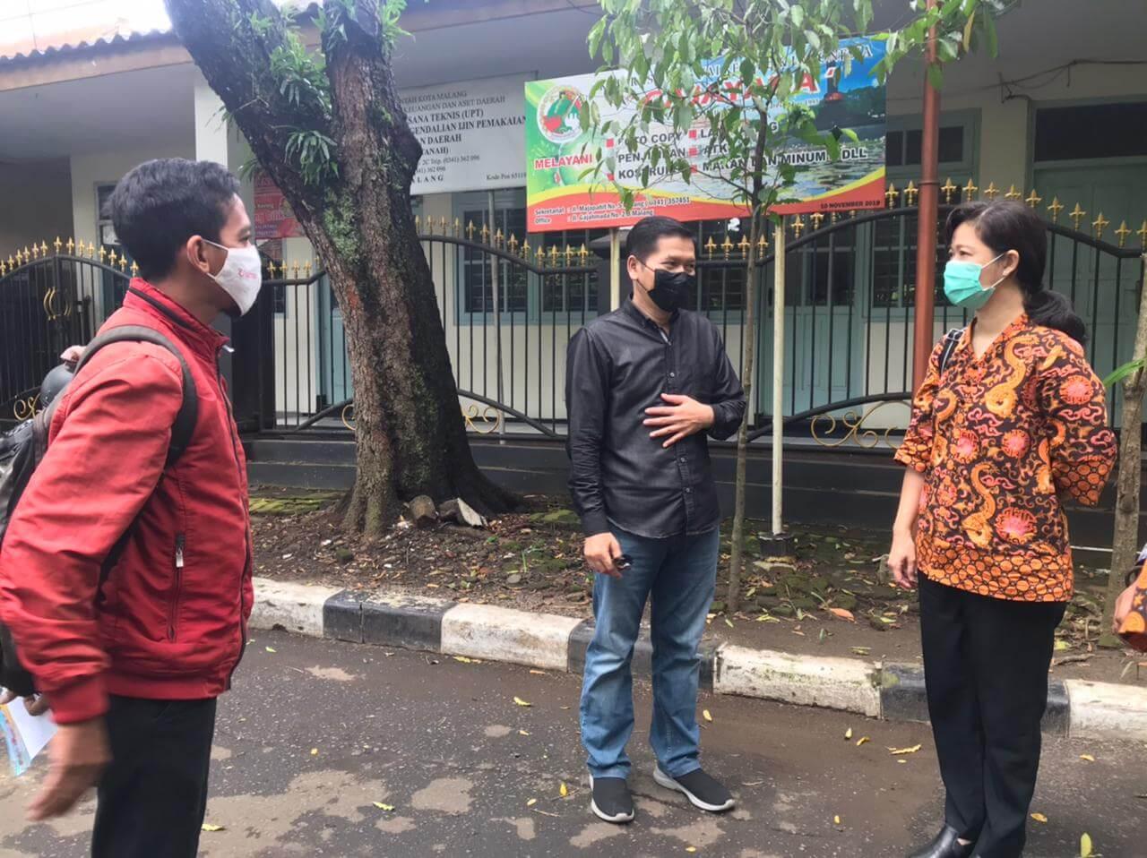Kepala Dinkes Kota Malang Husnul Muarif (tengah) saat survei lokasi vaksinasi drive thru bersama perwakilan aplikasi Halodoc Sabtu (20/3/2021). (Foto: Istimewa/Tugu Jatim)