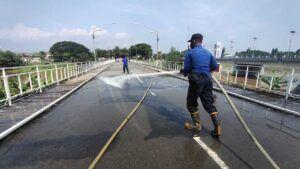 Kegiatan bersih-bersih yang dilakukan di Jembatan Lama Kota Kediri yang telah berusia 152 tahun. Jembatan besi tertua di Jawa. (Foto: NOE/Tugu Jatim)