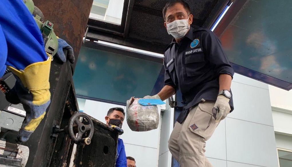 Kepala Bidang Pemberantasan, Badan Narkotika Nasional Jawa Timur (BNNP Jatim), Monang Sidabukke MSi melaksanakan pemusnaah barang sitaan narkotika jenis pil ekstasi dan ganja, Sabtu (08/03/2021). (Foto: Dokumen/BNNP Jatim)
