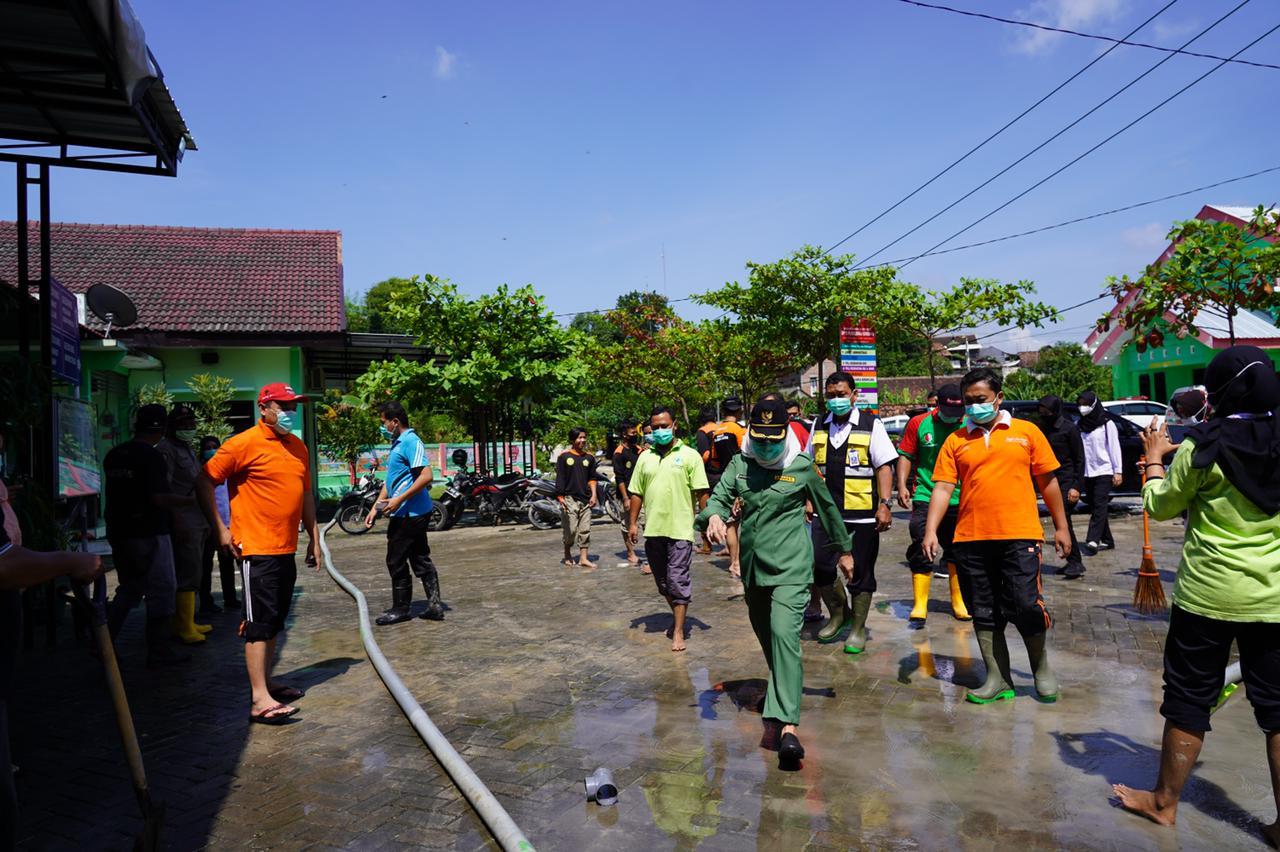 Bupati Bojonegoro, Anna Muawanah dan jajaran melakuakn tinjauan langsung di Kecamatan Gondang Kabupaten Bojonegoro yang terdampak banjir akibat luapan sungai. (Foto: Mila Arinda/Tugu Jatim)
