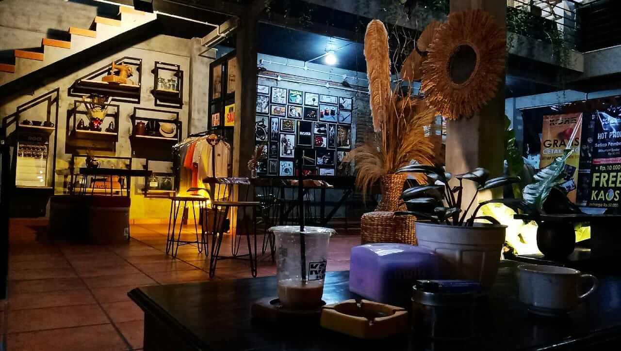 Suasana di dalam Kooka Caffee yang begitu nyaman untuk pengunjung. (Foto: Ovi-Gufron/Tugu Jatim)