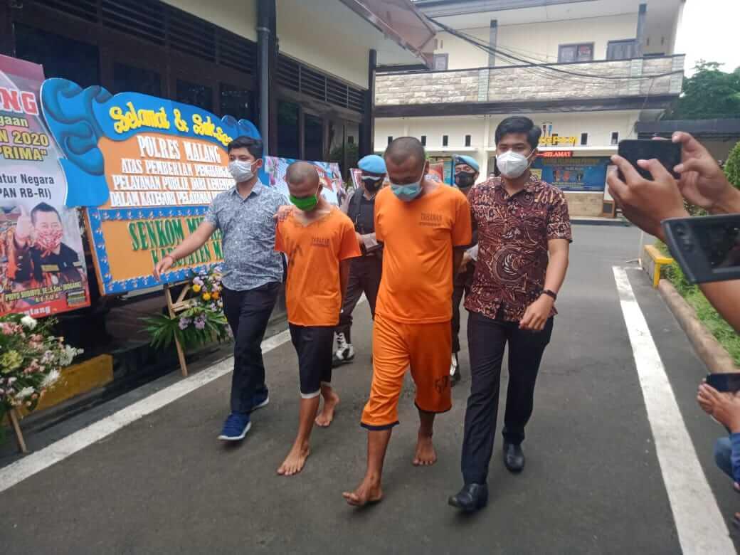 AP (kiri) dan rekannya adalah tersangka perampokan dan pembunuhan pengusaha ATK di Kabupaten Malang. (Foto: Rap/Tugu Jatim)