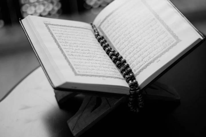 Ilustrasi membaca Al-Quran. (Foto: Pixabay/Tugu Jatim)