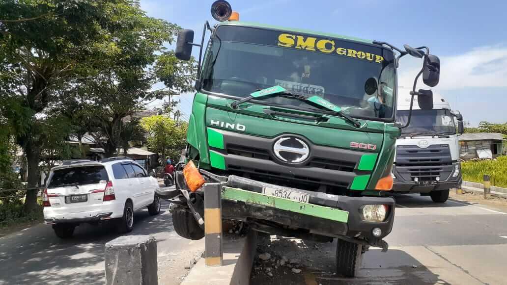Truk trailer tabrak pembatas jalan karena sopir mengantuk. (Foto: Humas Polres Tuban/Tugu Jatim)