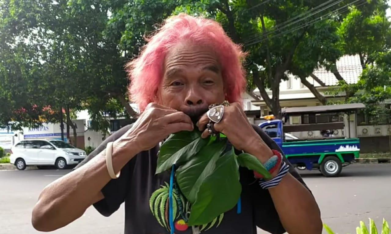 Cak Kandar, seniman musik daun eksentrik asal Kota Malang. (Foto : Darmadi Sasongko Youtube Channel)