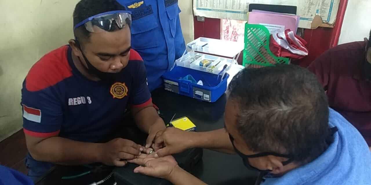 Proses evakuasi pelepasan cincin di jaro oleh Petugas Damkar Kota Malang. (Foto: UPT Damkar Kota Malang)