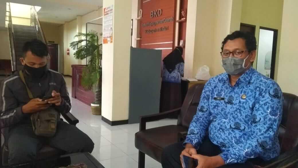 Kasubid Formasi Badan Kepegawaian Daerah (BKD) Kabupaten Kediri, Andri Sugianto (kanan) ketika ditemui Tugu Jatim. (Foto: NOE/Tugu Jatim) pemkab kediri, formasi cpns nakes kabupaten kediri,
