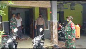 Melakukan penyemprotan disinfektan di rumah salah satu warga yang terkonfirmasi Covid-19. (Foto: Dok/Tugu Jatim)