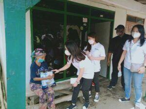 Selain bantuan beras, PT AMA juga memberikan uang dan vitamin untuk warga yang tidak mampu. (Foto: Rap/Tugu Jatim)