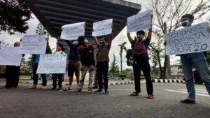 Para jurnalis menggelar aksi karena kekerasan yang dialami Nurhadi Tempo dengan beragam tulisan.(Foto: Noe/Tugu Jatim)