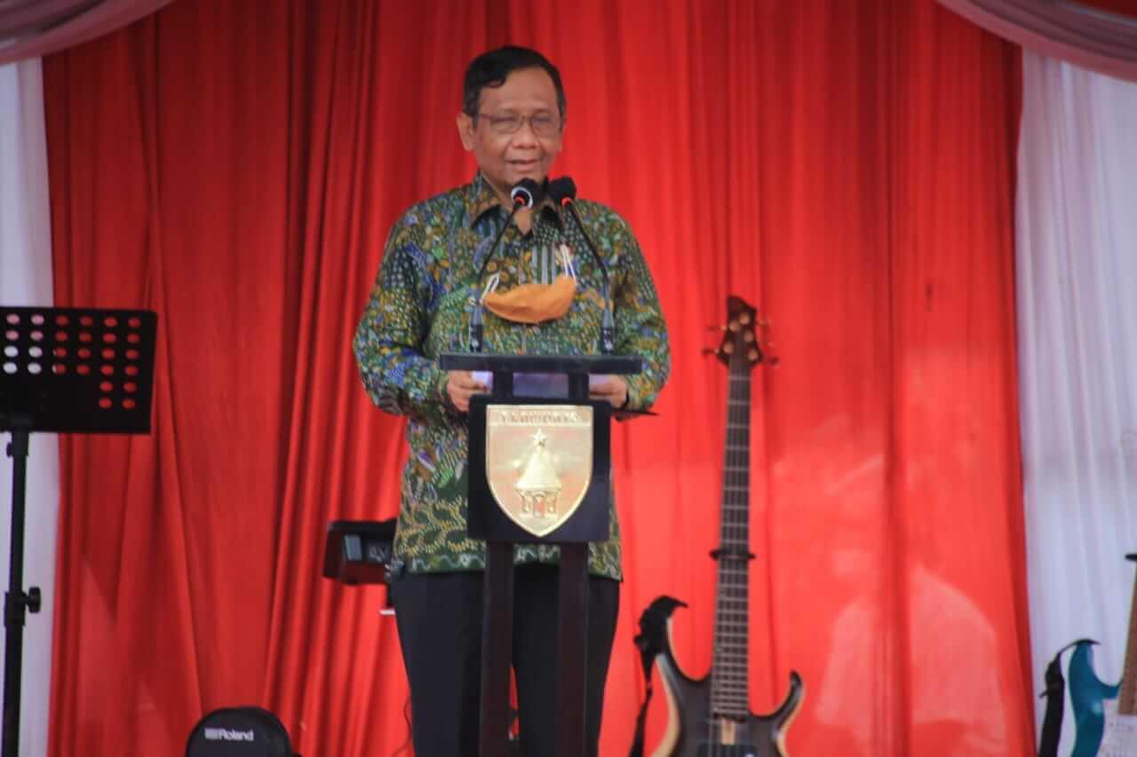 Menkopolhukam Mahfud MD menyampaikan sambutannya mengenai silaturahmi lintas agama di Jawa Timur, Rabu (17/03/2021). (Foto: Polrestabes Surabaya/Tugu Jatim)