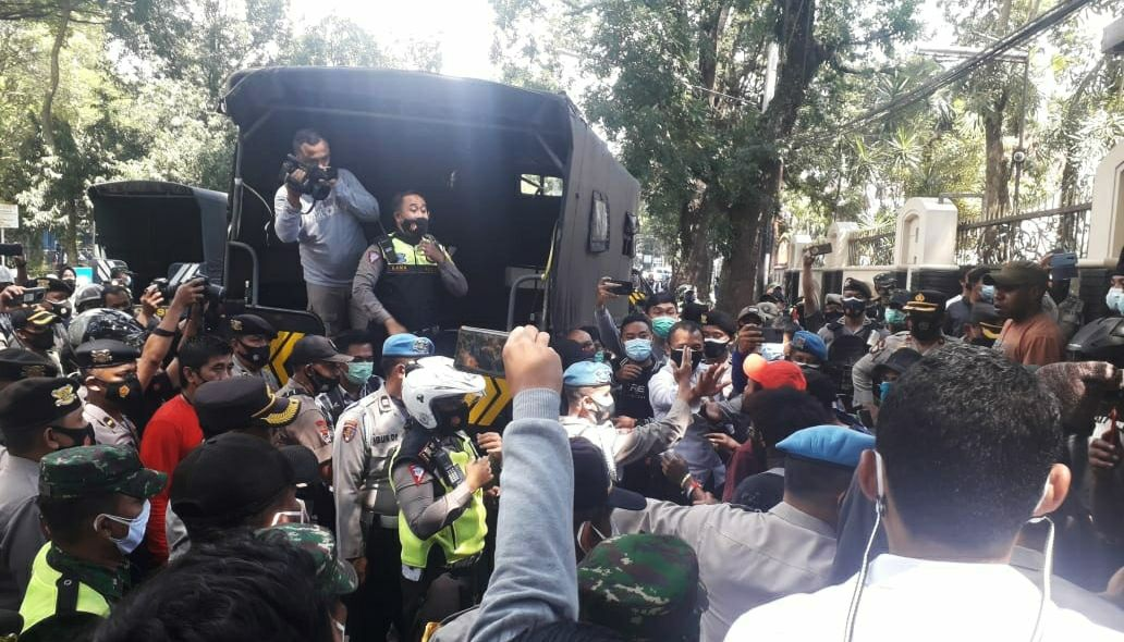 Massa aksi demo pada momen International Women;s Day di Malang berujung ricuh di kawasan Stadion Gajayana Malang, Senin (8/3/2021). (Foto: Azmy/Tugu Malang/Tugu Jatim)