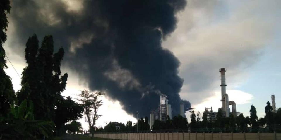 Kepulan asap hitam terlihat membumbung ke angkasa dari kilang minyak PT Pertamina yang terbakar di Desa Balongan, Kecamatan Balongan, Kabupaten Indramayu, Jawa Barat, Senin (29/03/2021). Peristiwa tersebut mengakibatkan 932 jiwa mengungsi ke tiga titik aman. (Foto: website bnpb.go.id/Tugu Jatim)