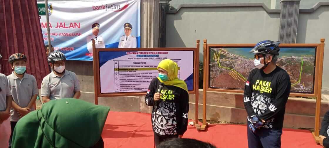 Gubernur Jatim Khofifah Indar Parawansa didampingi Wakil Bupati Tuban Noor Nahar Husein dan beberapa pejabat lainnya membuka tirai sebagai simbol meresmikan nama jalan di jalan lingkar Tuban. (Foto: Rochim/Tugu Jatim)