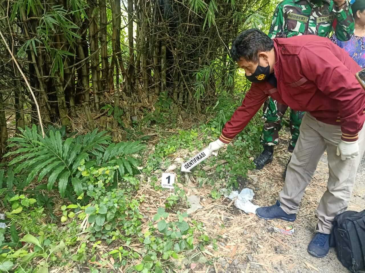 Petugas kepolisian sedang melakukan proses olah TKP di mana bayi perempuan itu ditemukan. (Foto: Humas Polsek Rengel/Tugu Jatim)