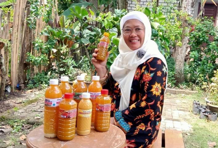 "Anis Ekowati, pemilik jamu tradisional ""Pacul Permai"" di Desa Pacul, Kecamatan/Kabupaten Bojonegoro. (Foto: Mila Arinda/Tugu Jatim)"