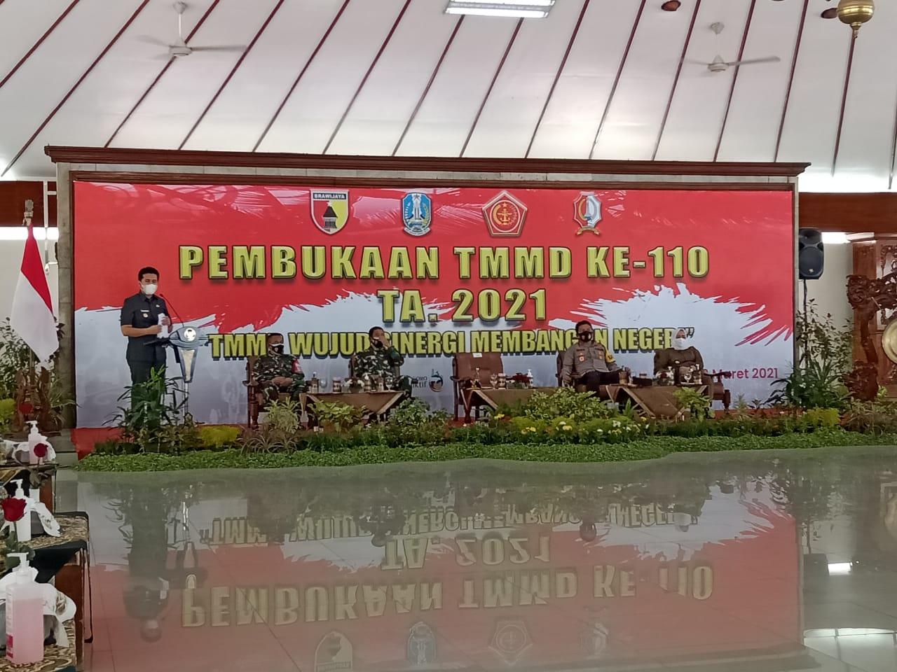 Acara pembukaan Program TNI Manunggal Membangun Desa (TMMD) ke-110 tahun di Pendopo Malowopati Bojonegoro, Selasa (02/03/2021). (Foto : Mila Arinda/Tugu Jatim) emil dardak