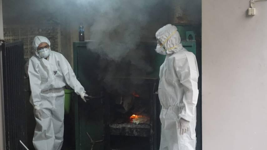 Petugas BBKP Surabaya menusnahkan ratusan burung asal Ende, Flores, Nusa Tenggara Timur untuk cegah penyebaran virus flu burung atau avian influenza, Selasa (30/3/2021). (Foto: BBKP Surabaya)