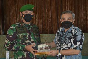 Pakar Komunikasi dan Motivator Nasional Dr Aqua Dwipayana seusai Sharing Komunikasi dan Motivasi menerima kenang-kenangan dari Danrem 061/Surya Kancana Brigjen TNI Achmad Fauzi pada Senin (1/3/2021). (Foto: Dokumen/Tugu Jatim)