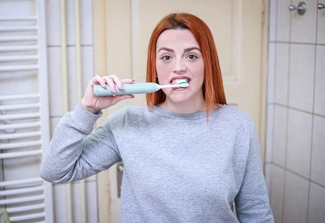 Ilustrasi seseorang perempuan sedang menggosok gigi untuk mencegah gigi berlubang. (Foto: Pixabay)