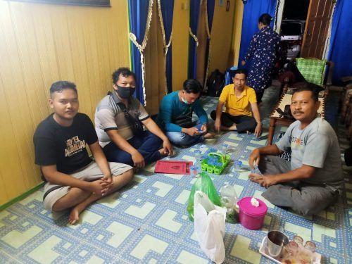 Gilang Aprilian Nugraha Pratama alis Gilang Bungkus (kiri) ketika dijemput oleh jajaran Polrestabes Surabaya dan Polres Kapuas di Kapus, Kalimantan Tengah pada 6 Agustus 2020. (Foto: Dokumen/Polri)