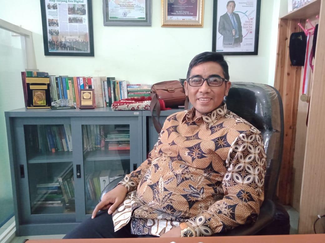 Rektor Universitas Raden Rahmat (Unira) Malang, Hasan Abadi yang telah meninggal dunia pada Minggu (7/3/2021) malam. (Foto: Dokumen/Unira) tugu jatim