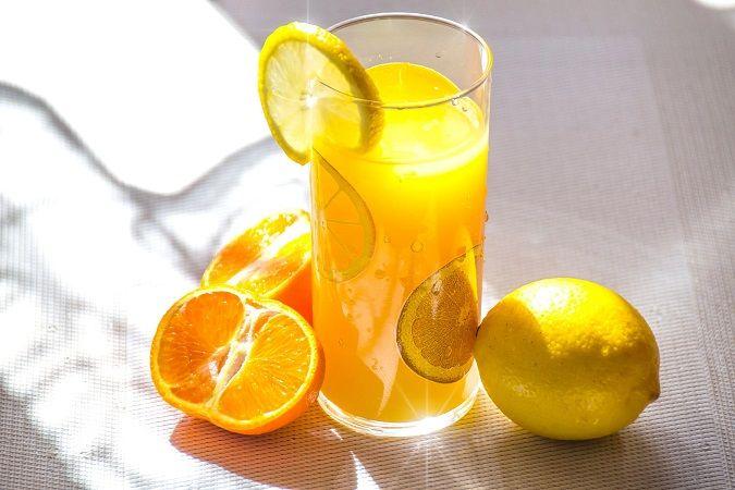 Buah jeruk dan minuman jeruk yang dipercaya banyak memiliki kandungan vitamin C. (Foto: Pexels) tugu jatim