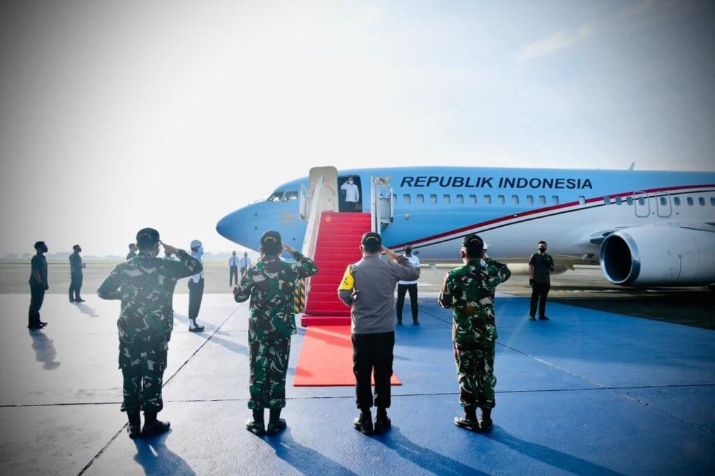 Presiden Joko Widodo bertolak menuju Provinsi Jawa Timur dari Pangkalan TNI AU Halim Perdanakusuma, Jakarta, Senin (22/3/2021). (Foto: Sekretariat Presiden)