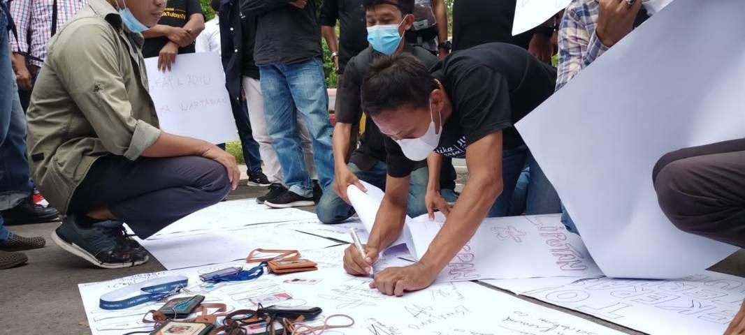 Aksi yang dilakukan Forum Wartawan Tuban atas kasus penganiayaan dan kekerasan yang menimpa jurnalis majalah Tempo, Nurhadi saat berusaha konfirmasi kasus suap pajak di Surabaya. (Foto: Mochamad Abdurrochim/Tugu Jatim) jurnalis tuban, aksi