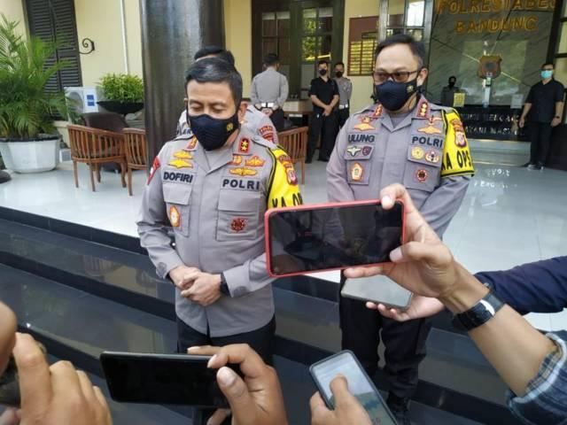 Kapolda Jabar, Irjen Pol Ahmad Dofiri ketika memberikan keterangan pada awak media terkait terbakarnya kilang minyak Pertamina di Balongan, Indramayu, Senin (29/3/2021) kilang minyak balongan,