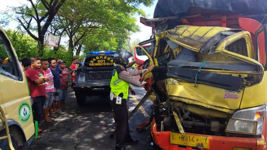 Kecelakaan beruntun antara dua truk Jalan Babat-Bojonegoro, tepatnya di depan SPBU Medalem, Sumberrejo, Bojonegoro, Senin (24/03/2021). (Foto : Dokumen/Kapolsek Sumberrejo) tugu jatim