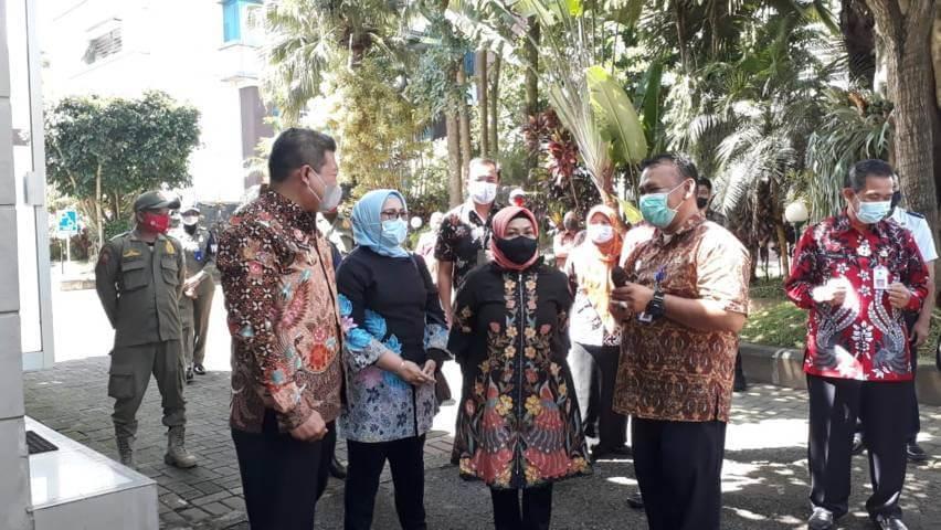 Rombongan pihak Kemenpan RB saat melakukan peninjauan kesiapan Mal Pelayanan Publik milik Pemkab Malang, Jumat (26/3/2021). (Foto: RAP/Tugu Malang/Tugu Jatim)
