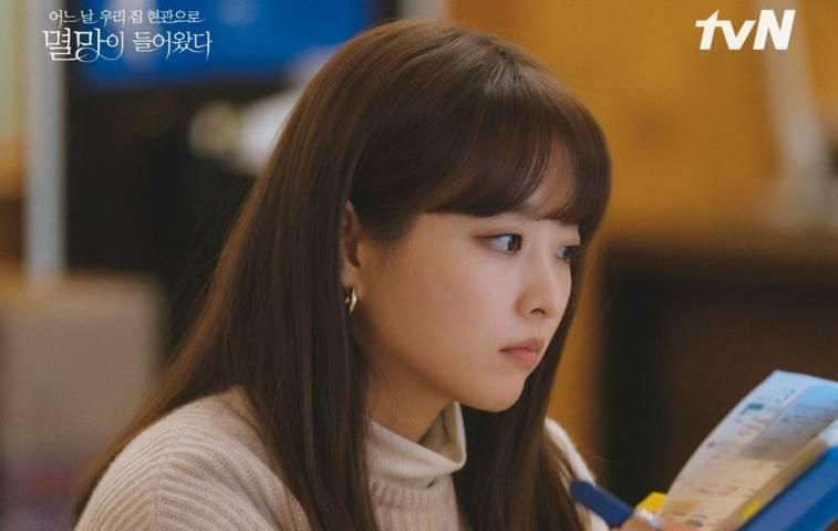 """Park Bo Young perankan editor di drama terbarunya """"Doom at Your Service"""" (Foto:Twitter/@CJnDrama)"""