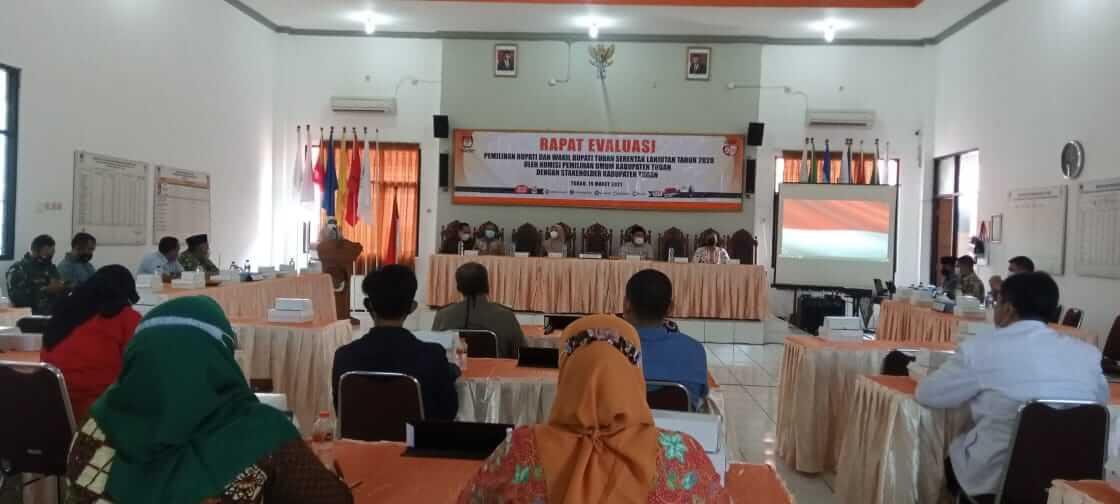 Suasana rapat evaluasi yang digelar KPU Tuban terkait pelaksanaan Pilkada Serentak 2020 pada Desember tahun lalu. (Foto: Moch Abdurrochim/Tugu Jatim)