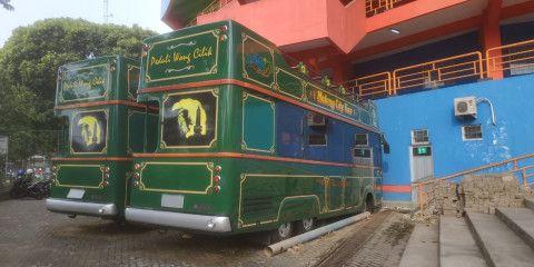 Dua unit bus Macito yang mangkrak diparkir di kawasan Stadion Gajayana Malang. (Foto : Azmy/Tugu Malang/Tugu Jatim)