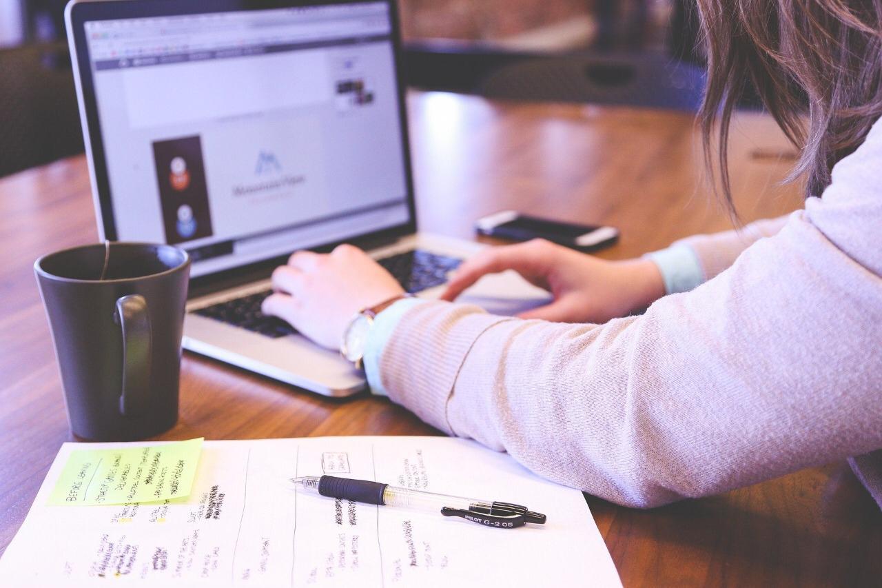 Ilustrasi seorang mahasiswa mencari informasi lowongan magang. (Foto: Pixabay) kenapa magang itu penting tugu jatim