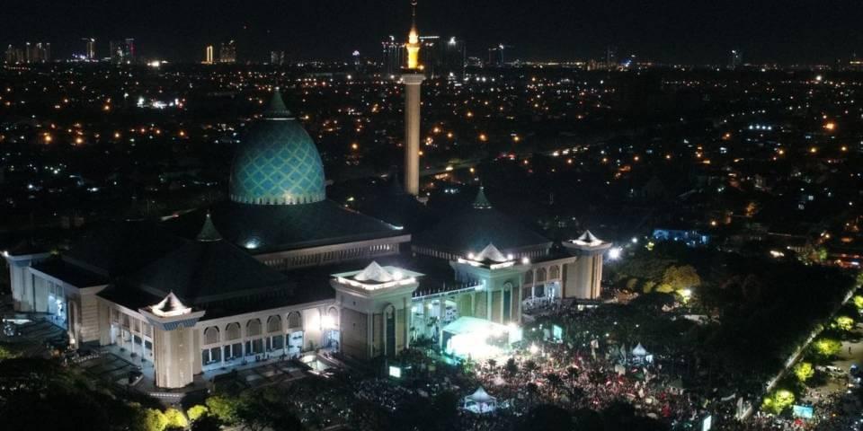 Masjid Al Akbar Surabaya siap kembali menggelar salat tarawih pada Bulan Ramadan tahun ini lantaran seluruh pengurusnya sudah menjalani vaksinasi. (Foto: Dokumen/Masjid Al Akbar Surabaya) tugu jatim